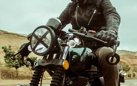 ¿Conoces el origen de la cinta en X en los faros de las motos cafe racer?