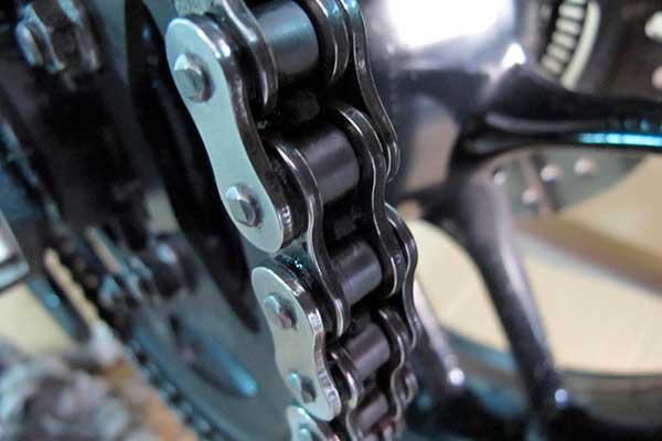 Cómo y cada cuanto tiempo hay que engrasar la cadena de una moto